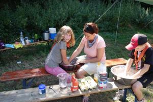 Sommerlager der Wölflinge 2018 <br/>Den Teig für den Dutch oven vorbereiten