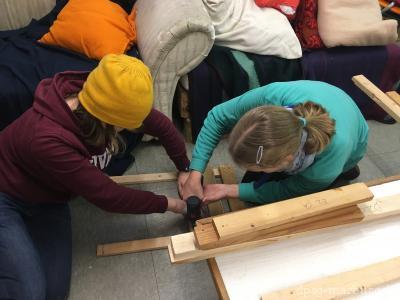 Die Teamgeister bauen ihre Schwedenstühle <br/>