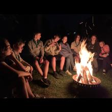 Sommerlager 2021 der Pfadis und Rover<br/>Am Lagerfeuer