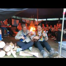 Sommerlager 2021 der Pfadis und Rover<br/>Janina und Ines beim Ukulele-Spielen